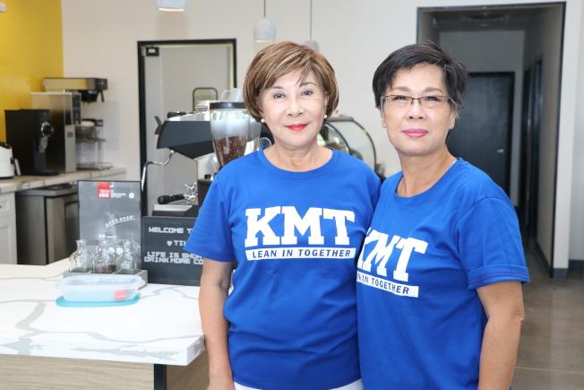 唐心琴(左)、郭蓓麗(右)歡迎大家報名參加返台投票旅遊團。(記者封昌明/攝影)