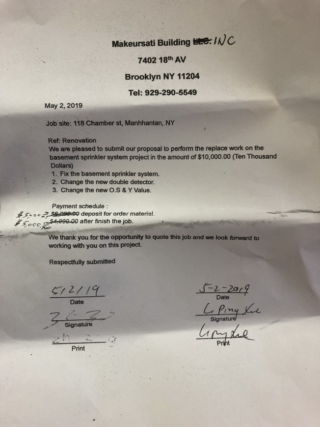 谢黎平与郑治签下的合约。(记者颜嘉莹/摄影)
