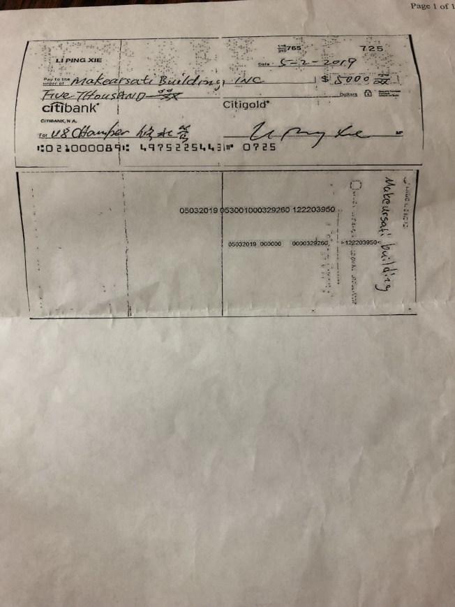 由于担心遭到诈骗,谢黎平支付订金支票时,还特地在受款人处写上公司名称,确保该装修公司登记在案。(记者颜嘉莹/摄影)