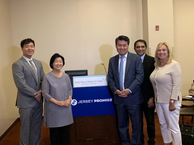 左起:Steve Kwon、崔敬姬、崔俊、Naveen Mehrotra、Valerie Huttle。(聖名醫院提供)