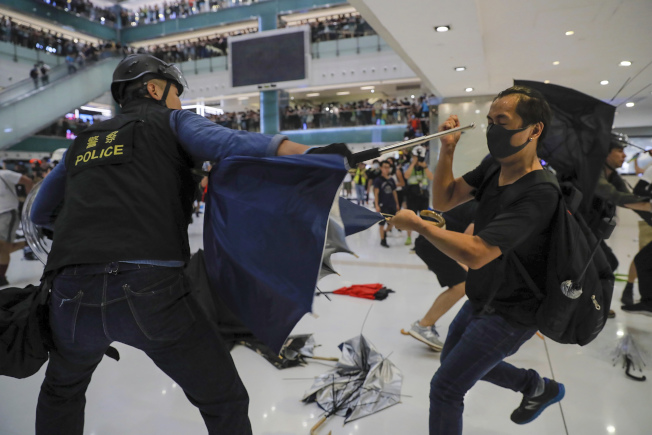 警方與示威者14日在新城市廣場衝突中互有受傷。( 美聯社)