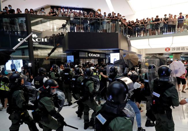 參與14日沙田反送中遊行的示威者在警方展開清場後,湧入新城市廣場。( 路透)