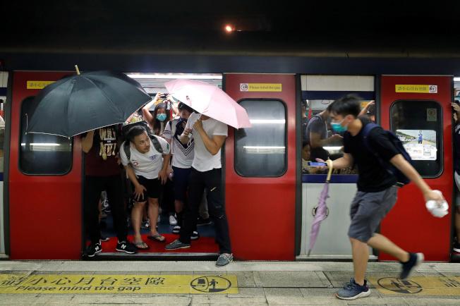 香港14日沙田遊行爆發激烈警民衝突,雙方都有人員受傷。警方到商場內追捕示威者,示威者快速從地鐵離開。(路透)
