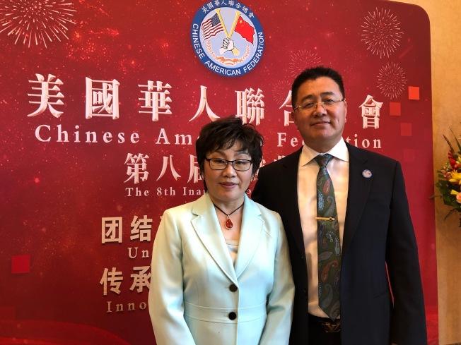 美國華人聯合總會(美華總)原任會長李社潮(左)和新任會長邵聞。(記者張宏/攝影)