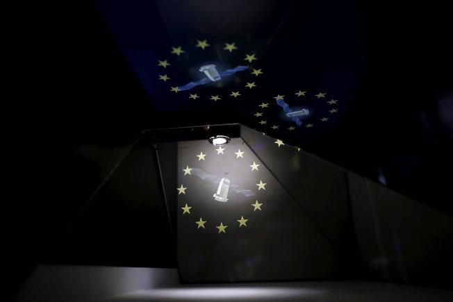 歐洲太空展展示伽利略系統衛星的全像攝影圓頂投影。(路透資料照片)