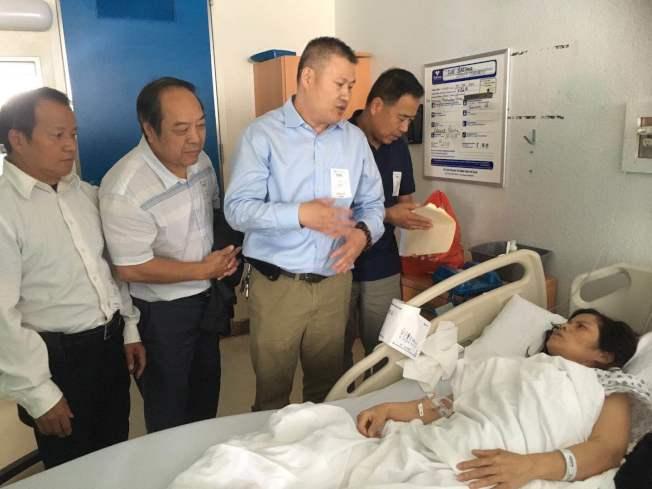 美國連江同鄉會鄉親在羅保華住院期間到醫院探望。(記者張筠/攝影)