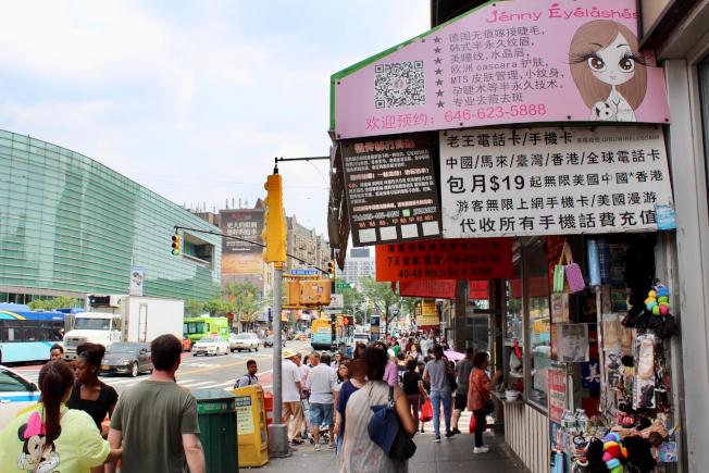 紐約的華人聚居地提供全面的服務,一解思鄉情。(記者劉大琪/攝影)