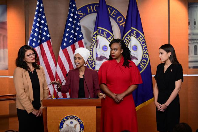 川普總統再次點名民主黨的「四人幫」年輕聯邦眾議員,左起密西根州的特萊布、明尼蘇達州的歐瑪、麻州普斯莉、及紐約州歐凱秀。圖為四人15日舉行記者會反擊川普的批評。(美聯社)