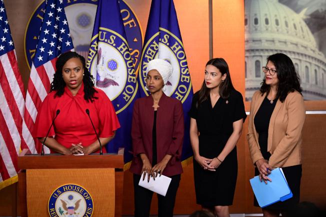 川普總統再次點名民主黨的「四人幫」年輕聯邦眾議員,左起麻州普斯莉、明尼蘇達州的歐瑪、紐約州歐凱秀、及密西根州的特萊布。圖為四人15日舉行記者會反擊川普的批評。(路透)