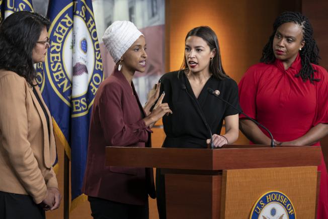 川普總統再次點名民主黨的「四人幫」年輕聯邦眾議員,左起密西根州的特萊布、明尼蘇達州的歐瑪、紐約州歐凱秀、及麻州普斯莉、四人15日舉行記者會反擊川普的批評。(美聯社)
