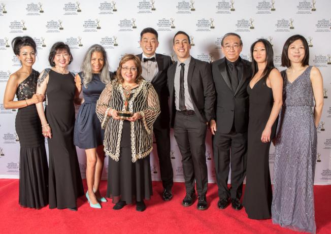 第61屆艾美獎頒獎典禮會場,邵家人與「Bolsas de Amor」創始人Elda M.Devarie(左四)等合影,左五為邵才浩。(Dragonbridge提供)