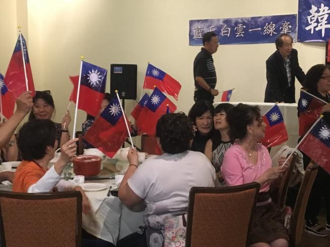 支持泛藍的民眾15日齊聚一堂,大夥不斷喊著「韓國瑜,凍蒜」、「國家安全、人民有錢」、「中華民國,萬歲」等口號,為韓國瑜造勢加油打氣。(記者謝雨珊/攝影)
