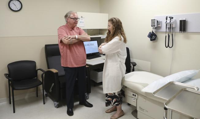 四年半前被診斷患有「路易氏體失智症」的病人多爾(左),接受神經科醫生佛萊謝(右)檢查。多爾希望能研發出以驗血診斷失智的方法,不用像他忍受侵入式診斷檢驗。(美聯社)