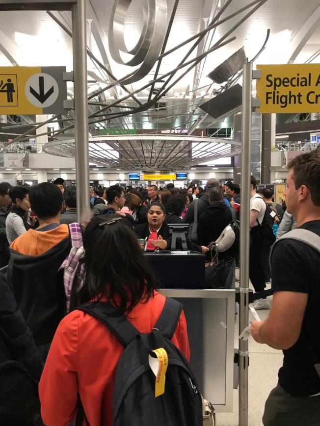 航空業者推出機票優惠,吸引民眾出國旅遊或返鄉  。(記者邵冰如/攝影)