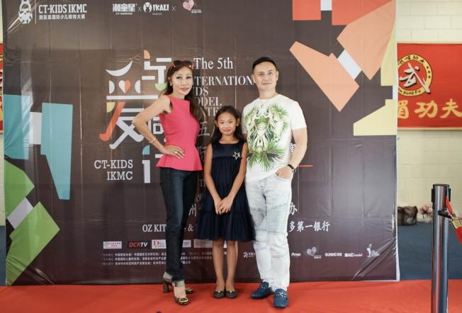 6至9歲組第一名Victoria Mei Ren Feng與父母親合影。(圖:王棟提供)