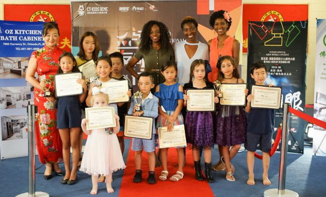 得獎者與三名評委和主持人薛蔚(左一)合影。(圖:王棟提供)