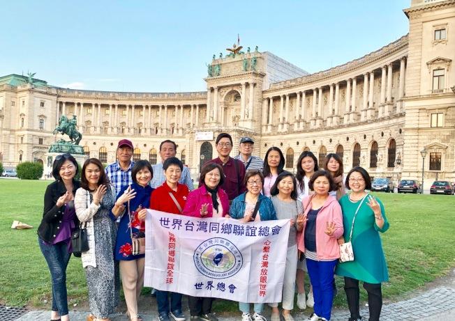 吳睦野(後排左三)帶領旅遊團,於奧地利的美泉宮合影。(圖:吳毓苹提供)