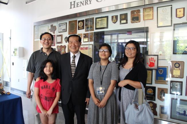劉Janet(右二)表示,參加鑑識科學營是父親劉衛(後排左一)送給自己的最棒的17歲生日禮物。(記者賴蕙榆/攝影)