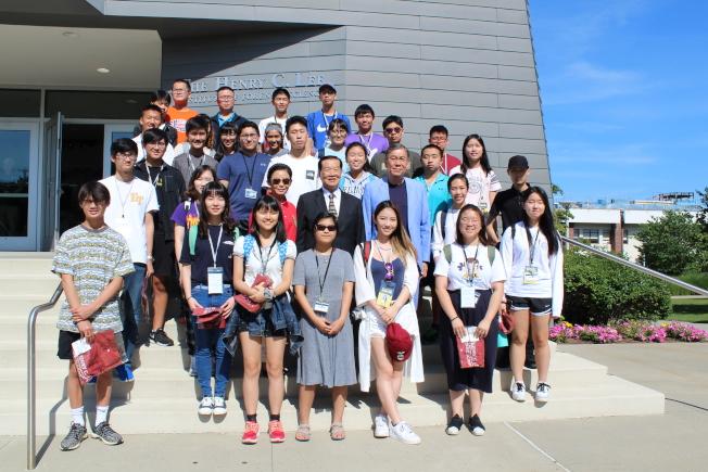 李昌鈺(二排左四)、劉其筠(二排左五)等與參加2019鑑識科學營的31名學生合影。(記者賴蕙榆/攝影)
