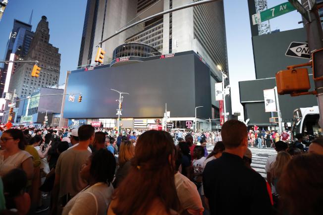 聯合愛迪生電力公司15日對曼哈頓的大停電事故做出說明,指出繼電器保護系統失靈造成了大斷電。圖為停電導致時報廣場原本五光十色的多個大螢幕變黑。(美聯社)