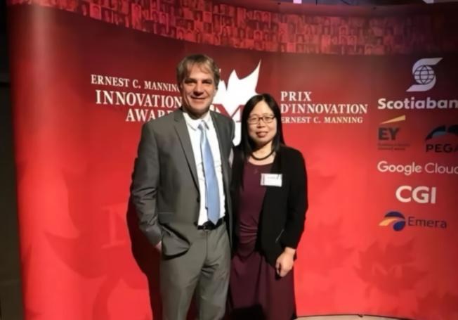 邱香果(右)和同事因發明伊波拉病毒治療藥物,於2018年獲得加拿大總督創新獎。(取材自鳳凰網)
