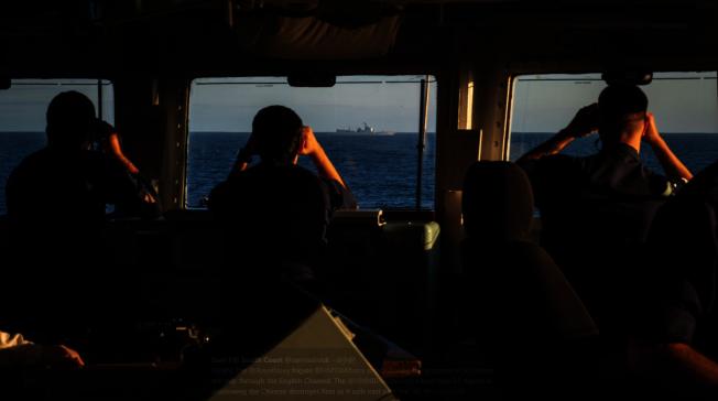 英國皇家海軍聖奧爾本斯號護衛艦對中國西安艦進行識別取證。(取材自觀察者網)