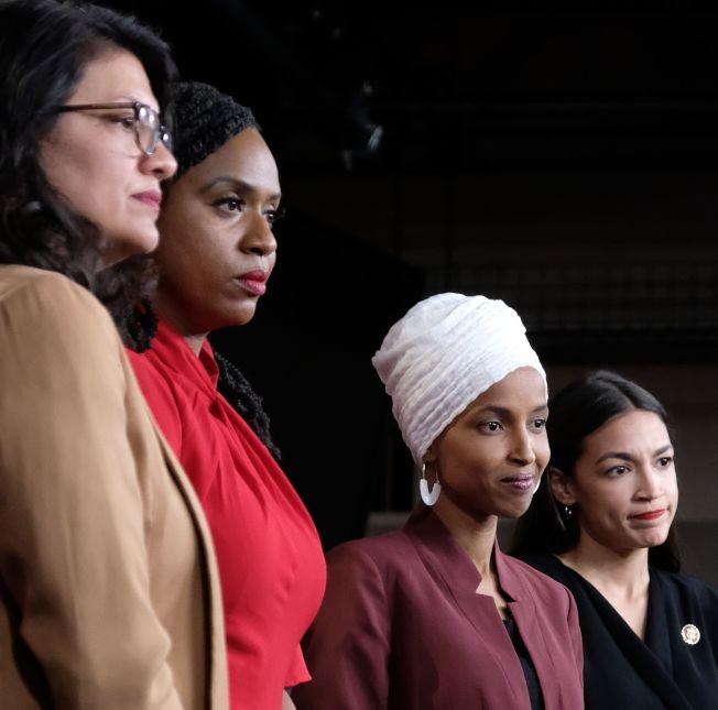 川普總統再次點名民主黨的「四人幫」年輕聯邦眾議員,左起密西根州的特萊布、麻州普斯莉、明尼蘇達州的歐瑪及紐約州歐凱秀。四人15日舉行記者會反擊川普的批評。(Getty Images)