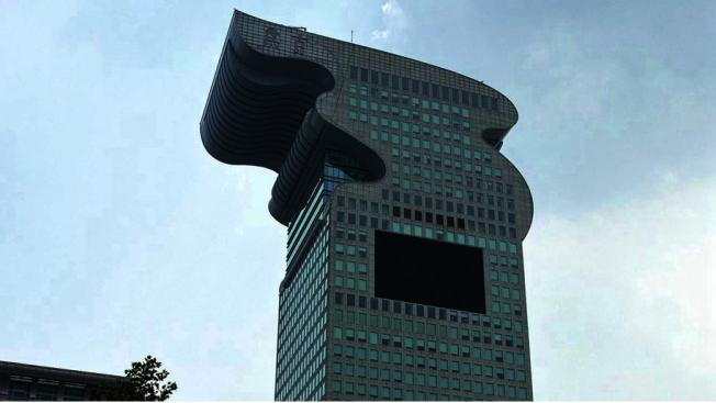 盤古大觀5號樓,將以起拍價51.82億元(人民幣,下同)被官方司法拍賣,其市場估價達74億。(新浪微博)