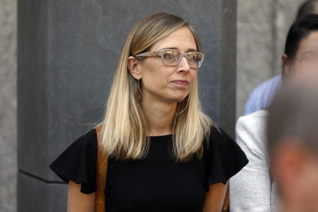 自稱曾遭少女淫魔艾普斯坦凌辱的安妮‧法默15日出庭,要求法官不要准許他保釋。(美聯社)