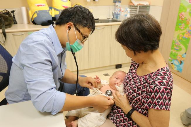 亞洲大學附屬醫院兒童腎臟科醫師陳劍韜提醒,發現孩子反覆發燒超過三天,不論是否有明顯症狀,都應提高警覺,立刻赴醫檢查找出病因。(圖:亞洲大學附屬醫院提供)