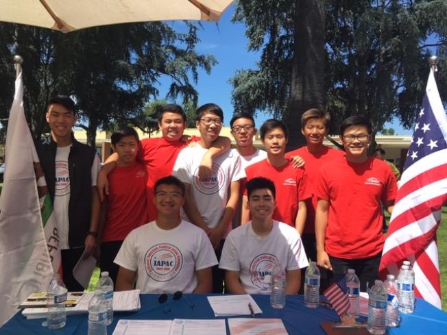 來自天普市、亞凱迪亞、聖蓋博、蒙特利公園市、阿罕布拉、羅蘭岡等地的華裔高中生在暑期義務奉獻時間,幫助選民登記。(記者楊青╱攝影)