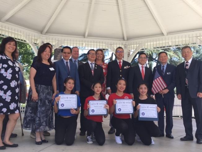 越柬寮華人政治聯盟向華裔優秀學子頒發獎學金。(記者楊青╱攝影)