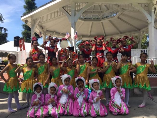 來自亞裔才藝基金會、雁雁舞蹈團的小演員們參加美國國慶表演,以各種兒童舞蹈和民族舞蹈獲得民眾熱烈掌聲。(記者楊青╱攝影)