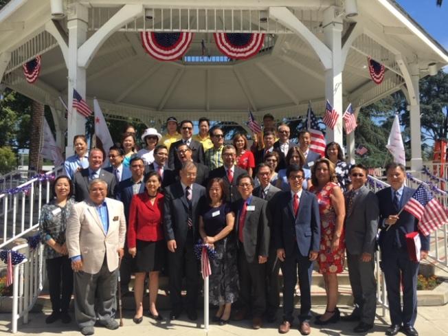 南加州新僑、傳統僑社和越柬寮僑團國慶期間聯合舉辦盛大升旗典禮,華洋各級民選官員出席。(記者楊青╱攝影)