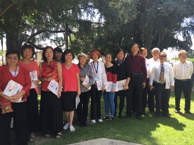 來自蒙特利公園市和洛杉磯華埠的華人合唱團在社區活動上義務獻唱。(記者楊青╱攝影)