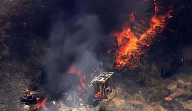 聖荷西東方山坡起火,幸無人傷亡。(電視新聞截圖)