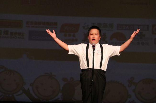 聖地牙哥華人小記者朗誦藝術團David Lai,朗誦蘇軾「念奴嬌.赤壁懷古」,獲得最佳形象獎和高級組第二名殊榮。(讀者提供)