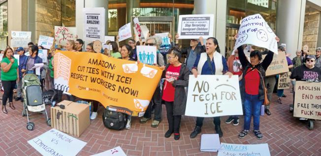 集會者反對亞馬遜向聯邦移民及海關執法局提供人臉識別技術支持來迫害移民勞工及家庭。(記者黃少華/攝影)