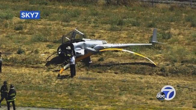 一架直升機墜毀在東灣海沃機場,造成一死一傷。(電視新聞截圖)