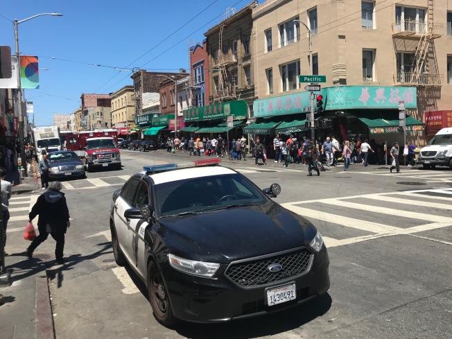 黃中華是從圖中右面的柏思域街,向左面走過士德頓街時,在馬路上被三名非裔男子合力抬起,再將他丟到地上受傷。(記者李秀蘭/攝影)