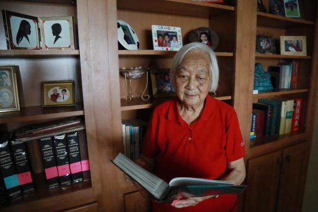 張凌和華美老年協會義工一起編寫的老人服務手冊,幫助不懂英文的華人耆老了解政府福利政策、養生及健康知識。(羅曉媛/攝影)