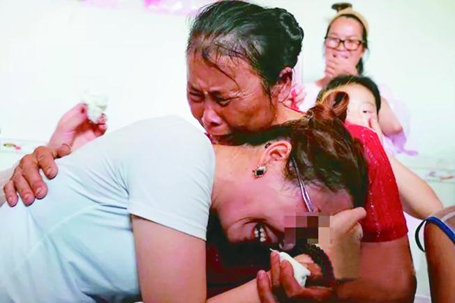 王珊珊與母親相擁而泣。(取材自觀察者網)