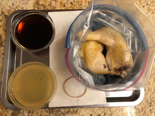 2.雞腿放入密封袋,在雞腿上放張厚紙巾,再倒入黃酒與雞汁。