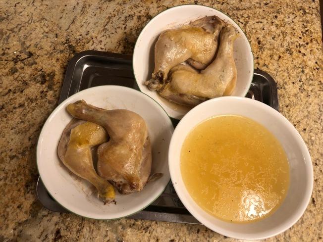 1.醃過的雞腿蒸約30至40分鐘,待涼後將盤中的雞汁倒出。