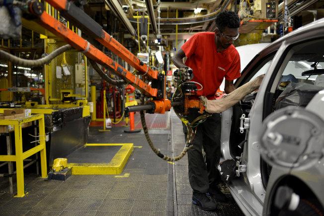 近期的研究提出一些新衡量方法,顯示勞動市場在不刺激通膨下仍有進步空間。這些衡量方法意味著,有更多在場邊觀望的人可能想找個工作,或是從事比現在更多的工作。圖為美國田納西州汽車工廠工人作業情形。(路透資料照片)