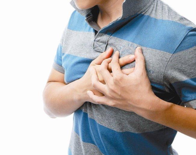 心臟病的表現不只有胸悶胸痛,腹痛、背痛、下巴痛、牙齒痛都可能是心臟病症狀。 聯合報系資料照片