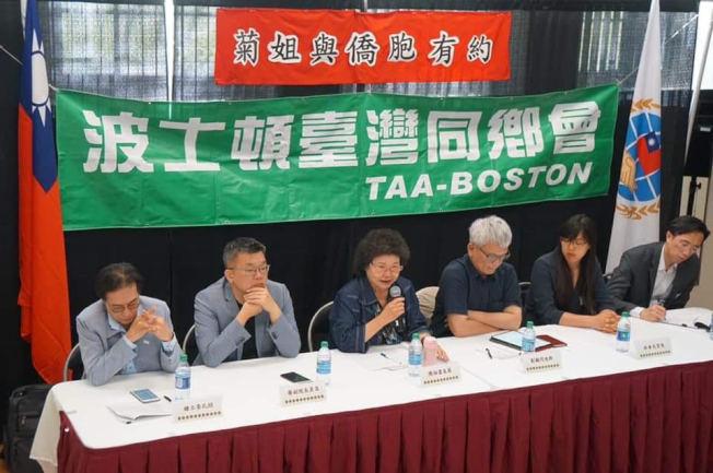 陳菊(左三)主持座談會。(林碧憶提供)
