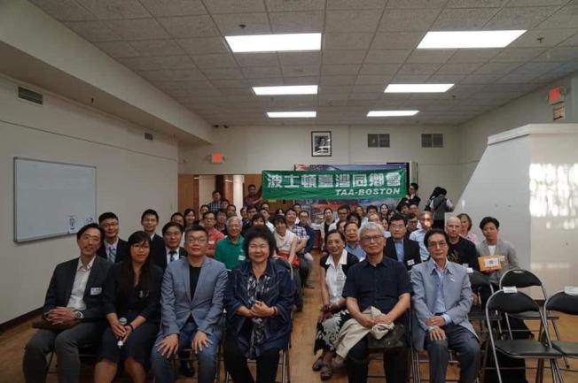 波士頓台灣同鄉會主辦的「與菊姐有約」座談會與會者合影。(林碧憶提供)