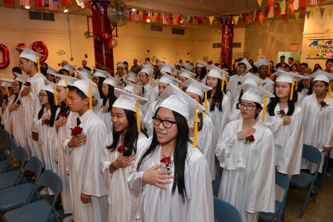 紐約華僑學校2019年6月畢業典禮,畢業生齊唱國歌。