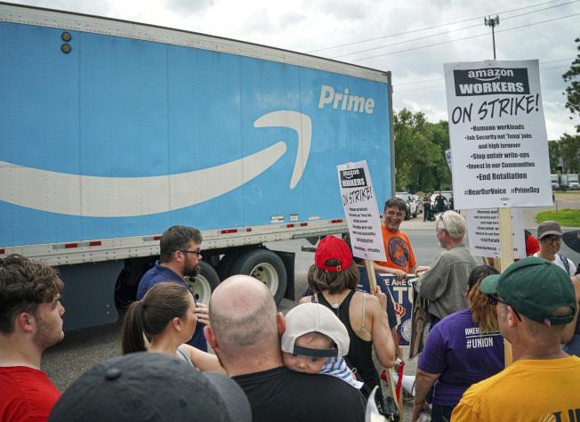 亞馬遜位於明尼蘇達州的主要配送中心員工,在Prime Day首日發動罷工。美聯社